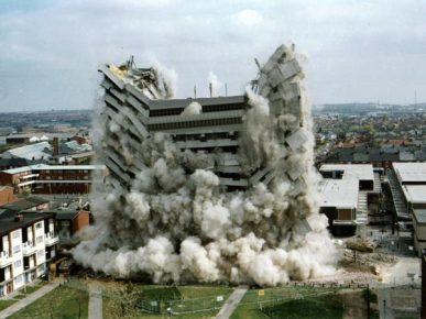 edificio crollante a causa di esplosioni controllate