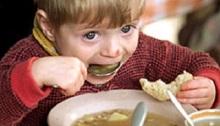 bambino povero mangia la zuppa