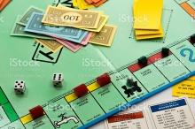 soldi finti dadi e cartellone del monopoli