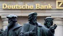 tre statue di fronte all'entrata della banca